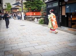 Geisha facing the tourist paparazzi.